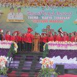 Persembahan pujian dari umat Kristen di Tentena