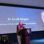 Ketua Yayasan Petra Harapan Bangsa, Pdt, Dr, Bersih Tarigan sedang memberikan sambutan dalam pemberian beasiswa GGB