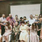 Pdt. JE Awondatu bersama Pdt. Max Bolang bersama dengan hamba – hamba Tuhan mendoakan keluarga Pdt. MD Wakkary