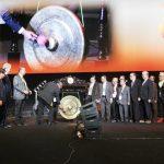 Thomas Pentury memukul gong didampingi para pejabat GBI