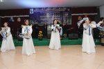 Para pemusik dan penari mengiringi jemaat dalam memuji serta menyembah Tuhan