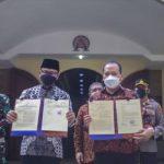Wali Kota Bogor menyerahkan berita acara serah terima hibah lahan di GKI Pengadilan, Bogor, Minggu (13/6/2021). (Foto: kompas/Ramdhan TB)